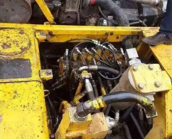 挖掘机进行液压控制系统的维护与保养